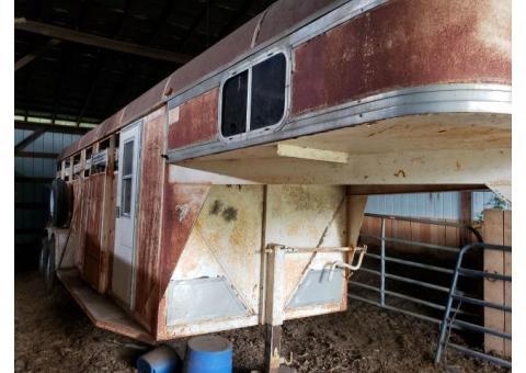 Gooseneck horse trailer